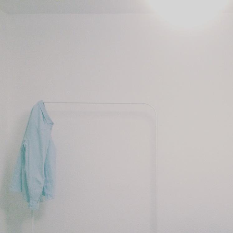 Kleiderstange mit Cos Hemd