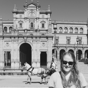 Jessy auf dem Plaza de Espana in Sevilla