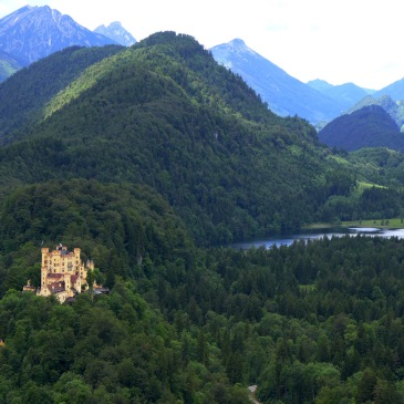 Blick vom Schloss Neuschwanstein auf die Burg Hohenschwangau